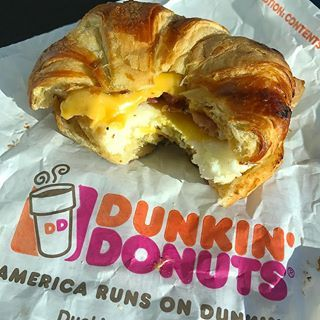 Apologies for the awful lighting and terrible picture but I almost missed my flight to get breakfast. The new Pretzel Croissant Breakfast Sandwich at @dunkindonuts will certainly work in a pinch like this. Rule #1 in my life is Always Get the Pretzel Bun Pretzel Crust, or Pretzel Whatever every time it's an option. Th croissant is a flakier, more buttery version than a standard pretzel bun. Good salt level too. Easily the better option than their normal breakfast sandwich IMO; choose this…