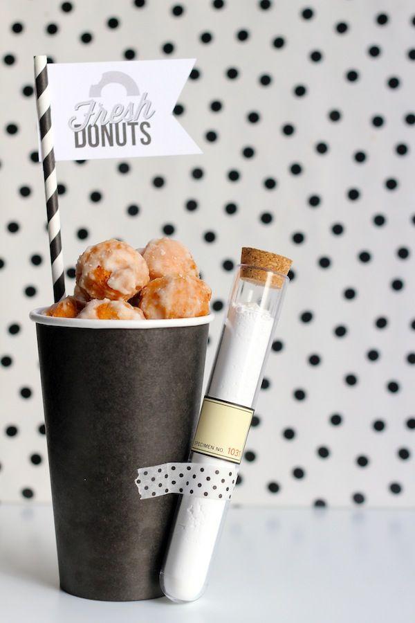 Genial esta presentación para donuts o incluso churros! Un vaso relleno y un tubo de ensayo con azúcar para echarlo por encima