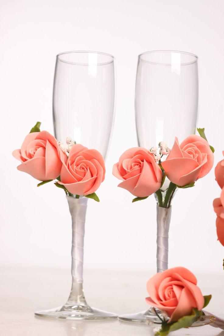 Set de dos copas de champagne de boda decoradas con flores de arcilla y cinta. Las flautas mantenga aproximadamente 190 ml de vino espumoso o champagne y a unos 25 cm de altura. Usted puede elegir su propio color de flores y la forma de las gafas. Grabado de nombres no está incluido en el precio. Yo puedo ofrecer a un precio especial. Por favor en contacto conmigo.  Tarda 3-5 días laborales para hacer este pedido. Entrega tarda aproximadamente 1 semana en Europa, en todas partes dependiendo…