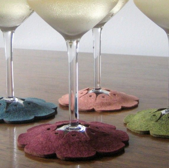 stay on coasters..i'm liking these,easy to make..great giftsWine Tags, Crafts Ideas, Fieltromanía Good Ideas, Blomming Stay, Gift Ideas, Fun Crafts, Creative Crafty, Wine Glasses, Felt Coasters