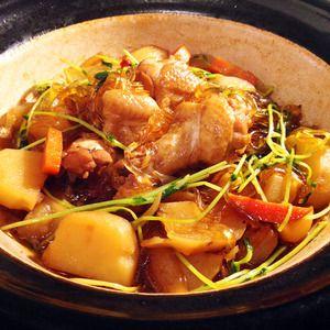 体を温めると言われている生姜&黒糖を入れました♪   黒糖は胃腸の働きも助けてくれるそうです。  柔らかく煮込んだ鶏肉と野菜、栄養たっぷりのスープを吸い込んだ春雨が美味しい♪ スープに流出し...