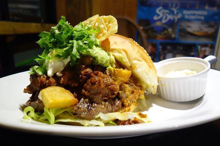 最近流行りのドワーってやつです既にヒールが見えません .  久しぶりに田嶋さんが担当したマンスリーBBQ Chile Beef Burger 強火の炭火で焼かれたパティをカット粗挽きビーフベーコン一口大の牛バラ肉を豆とトマトで煮込んでBBQソースを加えたチリワカモレパクチートルティーヤチップという構成濃厚なチリの旨味と強火の炭火でいつもよりスモーキーに仕上がったパティがグイグイ来るめっちゃ美味いっ .  なおトッピングされたパクチーは多めのマサダ仕様です 笑#food #foodporn #meallog #burger #burger_jp #ハンバーガー # #tw