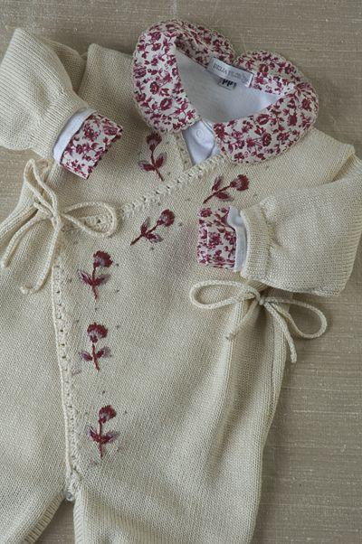 Cashquere bege, com bordados flor vinho, com body gola tecido. | by beijaflormodas
