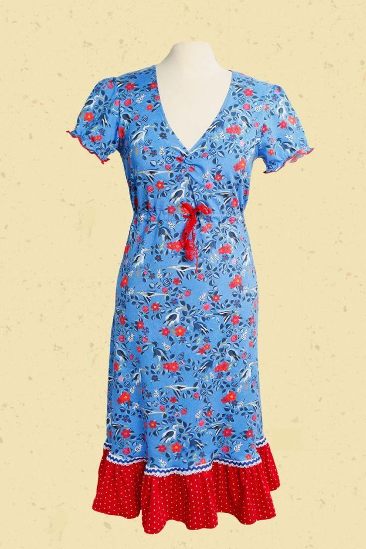 IJsblauwe zomerjurk met bloemen, vogels en een rood wit gestipte froezelrand