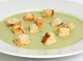 Brokkoli krémleves recept: Ez egy egyszerű, és isteni finom leves. A pirított zsemlekockák különlegessé teszik az egyébként is kiváló brokkoli krémleves ízét! http://aprosef.hu/brokkolikremleves
