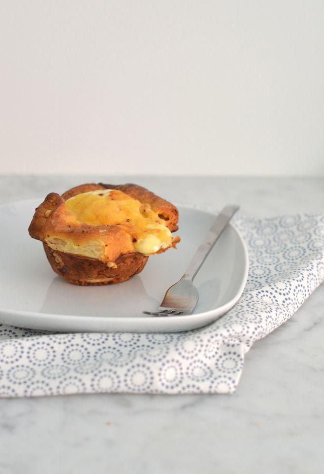 Leuk ontbijtrecept croissantcups met ei en ham en kaas uit de oven.