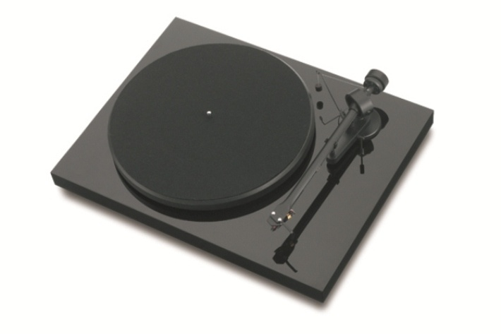 Turntable innovation for vinyl starters with class-leading sound quality and computer interface!    A quiet-running synchronous motor with silicone belt is driving a low-resonance platter made from MDF.    The main chassis is made from lightweight, but very stiff particle board.