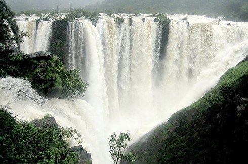 If you want to be amazed by the majestic beauty of the Niagara Falls, go to Jog Falls in Karnataka. | 14 Places In India That Will Make You Cancel Your Big Foreign Vacation