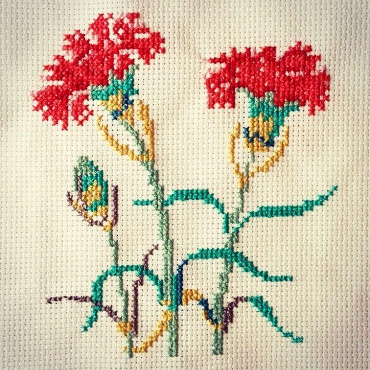 Mutlu ve huzurlu bir hafta sonu olsun... #crossstitch #çarpıişi #puntodecruz #pointdecroix #puntocroce #etamin #etaminişleme #kaneviçe #kreuzstitch #korssting #korsstygn #kanaviçe #çaprazdikiş #karesayma #karekareişle #kanava #karanfil #clove #cloveflower