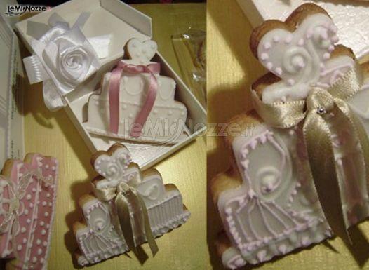 http://www.lemienozze.it/gallerie/torte-nuziali-foto/img28068.html Biscotti decorati in stile romantico a forma di torta nuziale