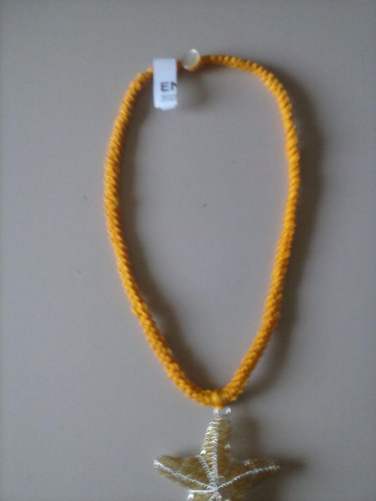collana di cotone giallo intenso fatta a uncinetto ciondolo  in metallo stella marina chiusura bottoncino 7 euro