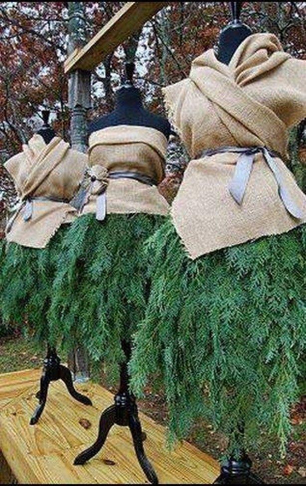 Kerst mannequins met jute en conifeer.