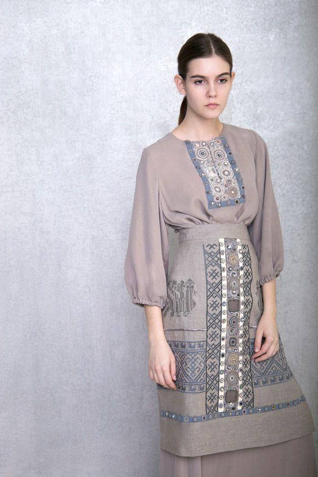 Вечернее платье из шелка и поверх - фартук.