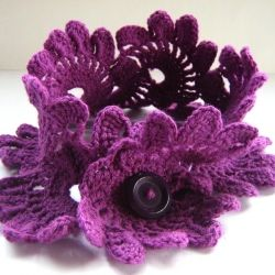 A cowl and other crocheted things in violet and rose ... for a sweet winter. In Spanish.