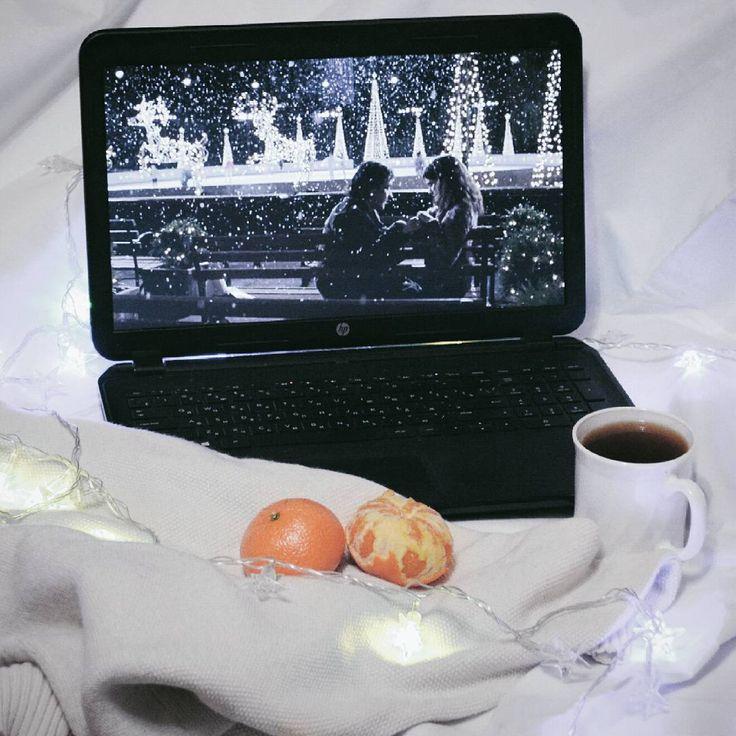- Ну что, как там твоя курсовая? - Frank Sinatra - New York, New York 🌲🍊🍵 . . . . . #vsco #vscogood #instapic #igrecommend #instagoodmyphoto #serendipity #newyear #orange #lights #tealover #cozy #cinema #film #mood #magic