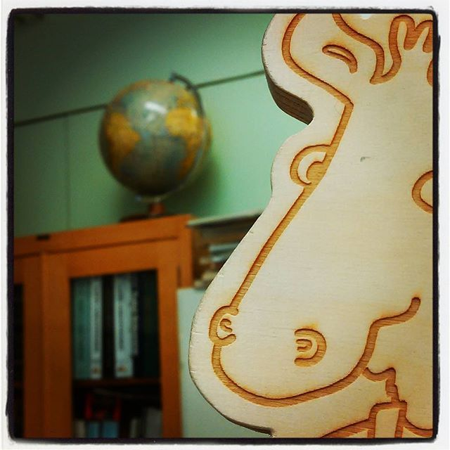 Ekokoulun Instagram-tilillä seikkailee #hapsuhirvi. Tänään hän on iloinen: #laukaa'n #ekokoulu on #ekologinen eli #ympäristöystävällinen. Siksi se poseeraa tänään #maapallo'n kanssa #fmskuvapäivässä-haasteessa, jossa on aiheena #fms_gisfor #globe #globetrotter. #fmsphotoaday #karttapallo #kyläkoulu