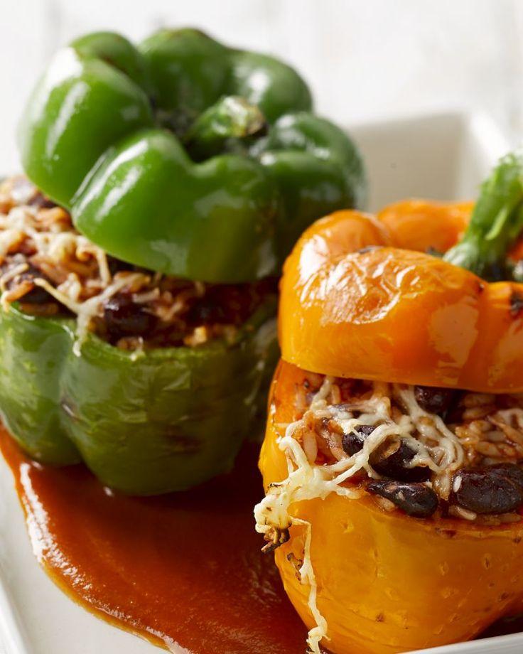 Deze vegetarische paprika's zijn heerlijk gevuld met rijst en bonen. Afgewerkt met wat kaas en een tomatensaus is deze ovenschotel lekker genieten!