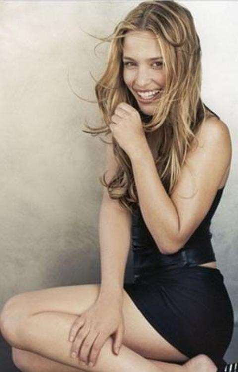 Piper Perabo Sings Into an Imaginary Microphone