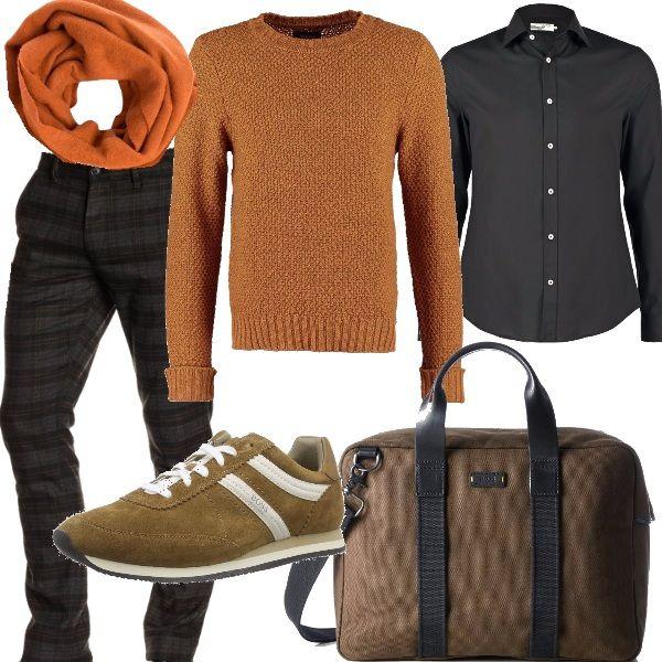 Bellissimi pantaloni firmati Hugo Boss Orange grigio scuro con un motivo a quadri che richiama l'arancio, abbinati ad una camicia nera e sopra un maglione in cotone senape. Nelle giornate piovose si può mettere la calda sciarpa sempre in tono 100% lana, accessori firmati Boss, scarpe da ginnastica basse beige e borsa porta computer. Outfit ideale per un giovane creativo che lavora in ufficio o per un venerdì casual.