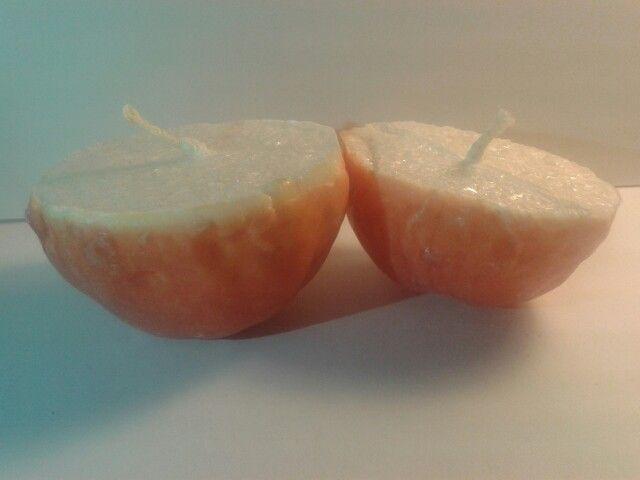 Appelsiinin kuoreen tehdyt kynttilät.