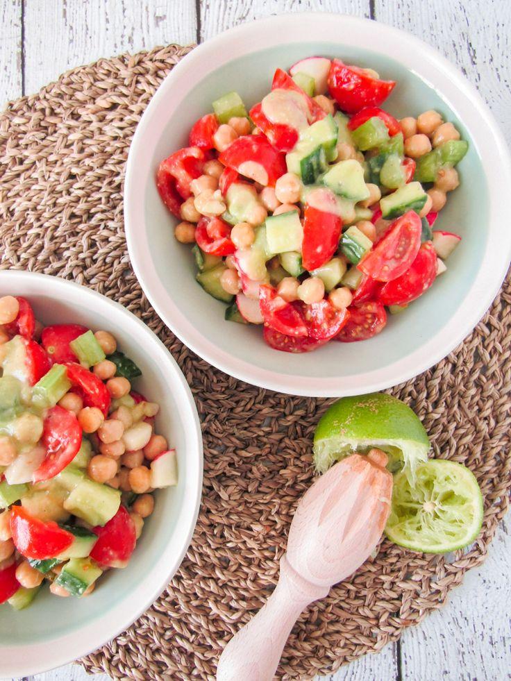 Salade van kikkererwten met een avocado limoen dressing