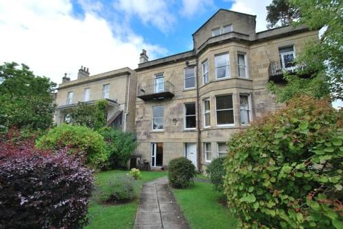 Elmbrook Bath Elmbrook offers accommodation in Bath. Providing free private parking, the apartment is 1 km from Royal Crescent. Free WiFi is provided throughout the property.  There is a dining area and a kitchen equipped with dishwasher.