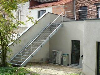 Metal et concept terrasse m tallique suspendue et for Escalier metallique exterieur prefabrique