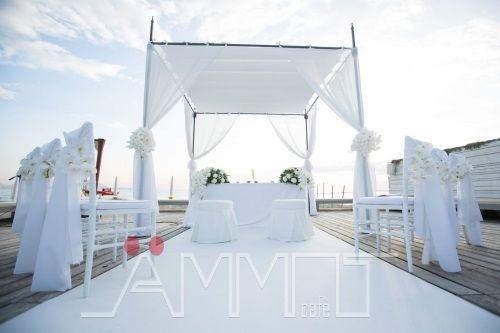 """Romantico...incantato...emozionante...indimenticabile...Il """"sì lo voglio"""" pronunciato davanti ad un altare sulla spiaggia in riva al mare ha un fascino senza"""