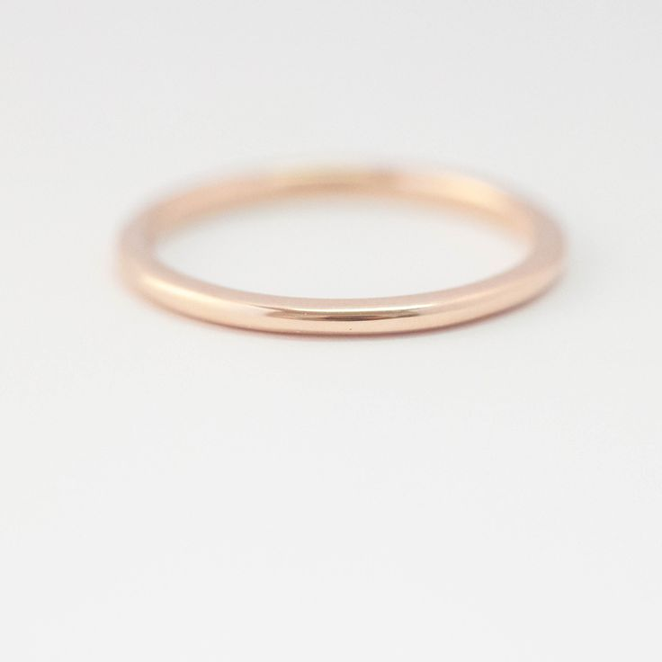 Alliance fine et discrète pour femme en or rose 18 carats.