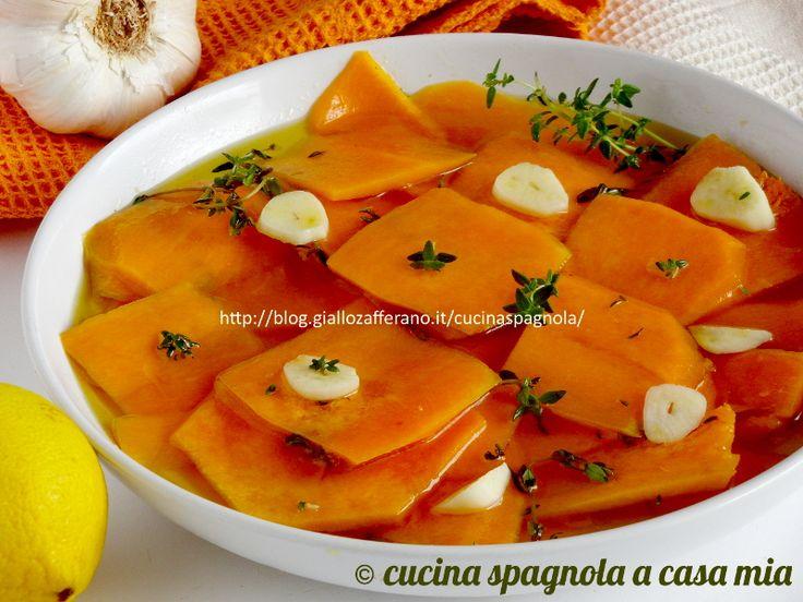 Il carpaccio di zucca cruda marinata: una ricetta crudista vegana intensa e profumata. Macerata in olio e aceto, con aglio e spezie. Provala!