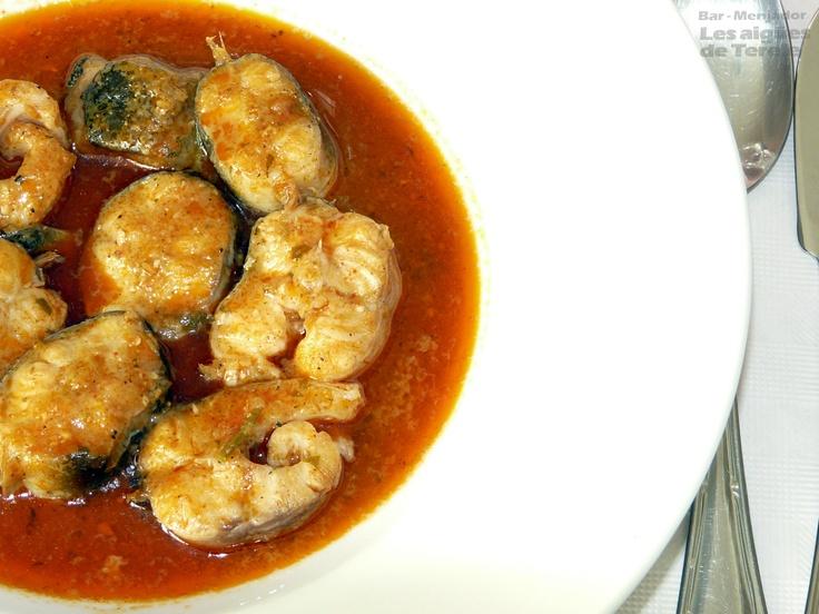 ALL I PEBRE - Ingredientes:  800 g anguila, 1 tomate, 1 cebolla,  aceite de oliva, sal, pan rallado, ajo,  perejil, 10 almendras, pimentón, pimienta negra molida, clavo molido.  Poner en una cazuela aceite y sal, saltear cebolla y tomate rallado. Añadir ajo, perejil, almendras todo bien picado y saltear. Agregar pan rallado, 2 vasos de agua fría, añadir la anguila troceada, pimentón, pimienta y clavo molido. Después de 10 minutos a fuego lento... a servir! FOTO: Rte Terele de Pego