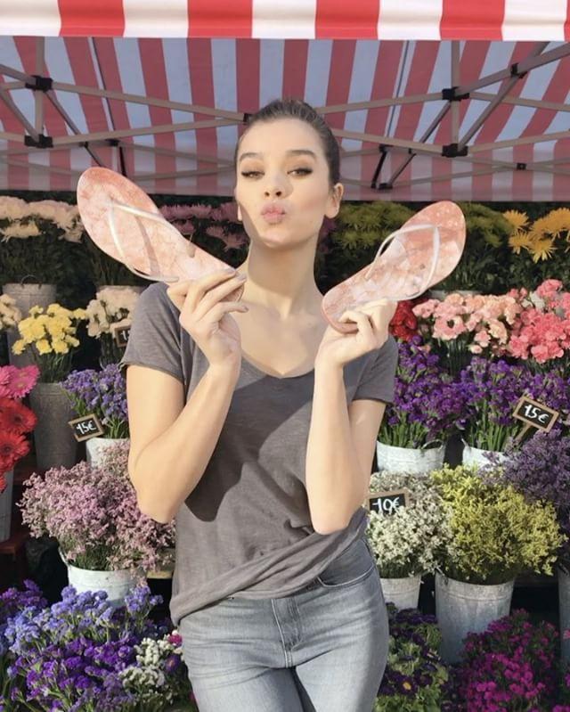 "140.1 mil Me gusta, 838 comentarios - hailee steinfeld (@haileesteinfeld) en Instagram: ""EEEEEEEE!  Who's making you blush today? 😍  #ReefEscape #SandalLove #ValentinesDay"""