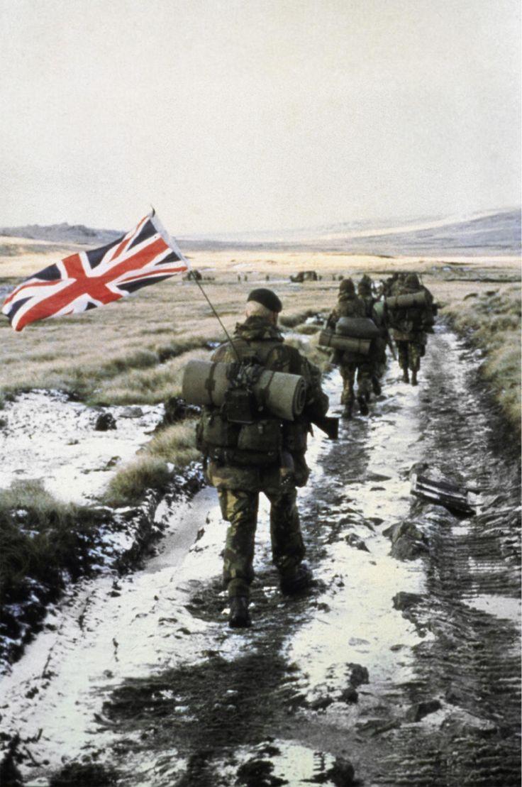 El infante de la Marina Real, Peter Robinson, marcha hacia Puerto Argentino (Stanley) con la bandera de su país atada a la antena del equipo de radio (Imperial War Museums)
