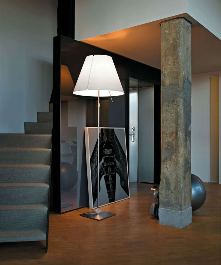 Tradition and innovation meet in this classic maxi floor model. The aluminium stem and polycarbonate lampshade enhance large spaces with lightness and luminosity for which this lamp is renowned