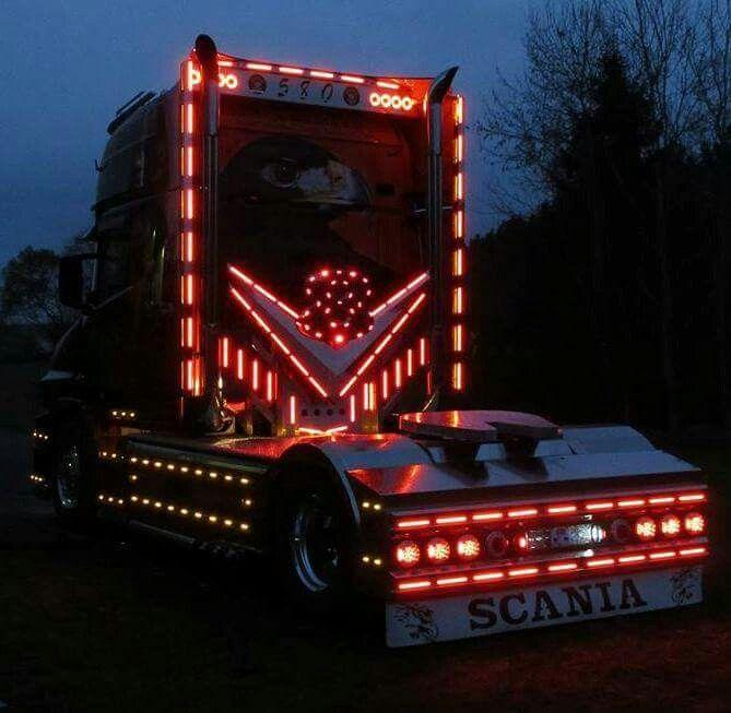 Scania mit voller Beleuchtung bei Nacht Lkws, Lkw, Lastwagen
