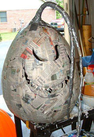 excellente idée faire des monstre avec des ballons du journal et du vernis…