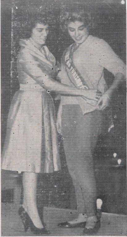 Severa se encontra à esquerda, por ocasião do baile em que Vera de Paula Almeida foi eleita a Embaixatriz do Turismo de Jacarezinho e em seguida do Paraná. Severa coloca a faixa em Vera durante o baile realizado no dia 02 de agosto de 1960 nos salões.........