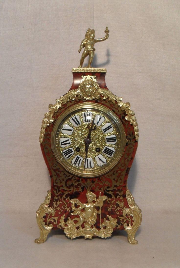 Reloj boulle francés caparazón de tortuga y con incrustaciones de latón reloj de la chimenea roja con monturas de bronce dorado. El reloj tiene una esfera de bronce decorativo con números de esmalte blanco y un movimiento francés de ocho día, que da las horas y las medias horas en un gong.