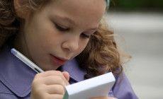 Dal terzo anno della scuola primaria i bambini devono imparare a studiare. Da quel momento la scuola e lo studio possono diventare un vero ostacolo se l'apprendimento di una lezione risulta difficile e se il bambino non è abituato a ripetere ad alta voce. Ecco qualche piccolo trucco per far diventare lo studio facile e divertente.