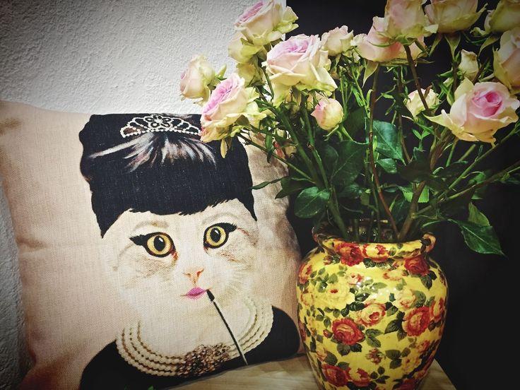 Miss chat Hepburn ! Doux et harmonieux le rose poudré. La couleur pastel s'invite dans la déco de la maison comme un bain de jouvence vivifiant.  A vous de marier ces couleurs déco avec des nuances claires pour une douce ambiance cocooning dans le salon ou la chambre. Un esprit décalé ultra contemporain à la déco de l'entrée ou le coin bureau. Peu importe ! Que votre déco soit douce ou de caractère,  combinez avec style la couleur rose pastel. CHAT ALORS !