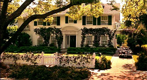 George and Nina Banks live in a traditional white house in Father of the Bride that's a classic American home, white picket fence and all. I got a lot of requests from readers who wanted to see more of it after I posted about the real house in Pasadena, California, so the Father of the Bride house has a lot of fans out there! If you're one of them, this post is for you.