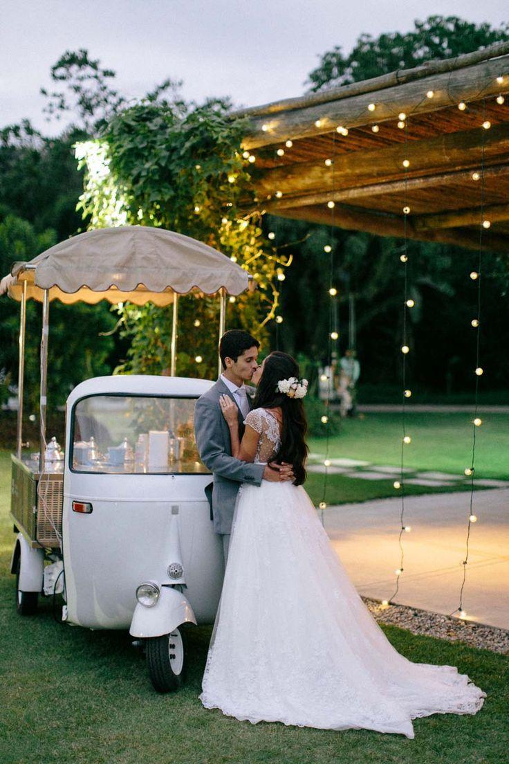 Poesia em forma de casamento, nós temos! Cerimônia dos sonhos ao ar livre, decoração alegre e fresca, noiva romântica e muitas, muitas luzinhas de amor! Vai por mim, você vai querer criar um painel no Pinterest só para guardar o casamento de Aline e...