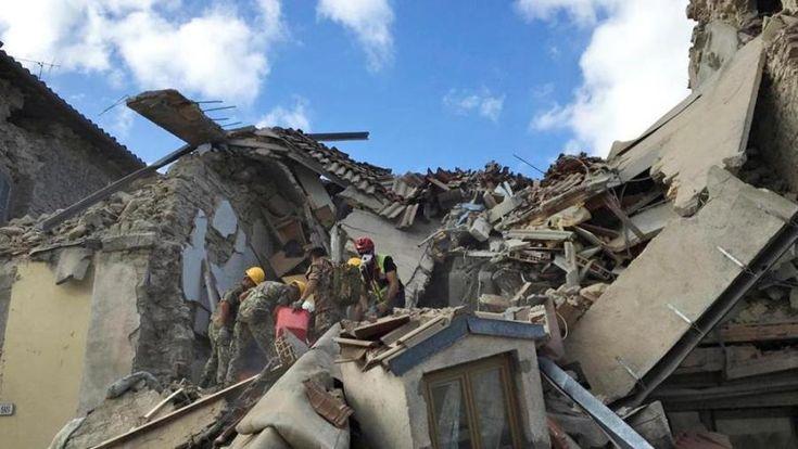 I soccorsi in uno dei centri colpiti dal recente terremoto