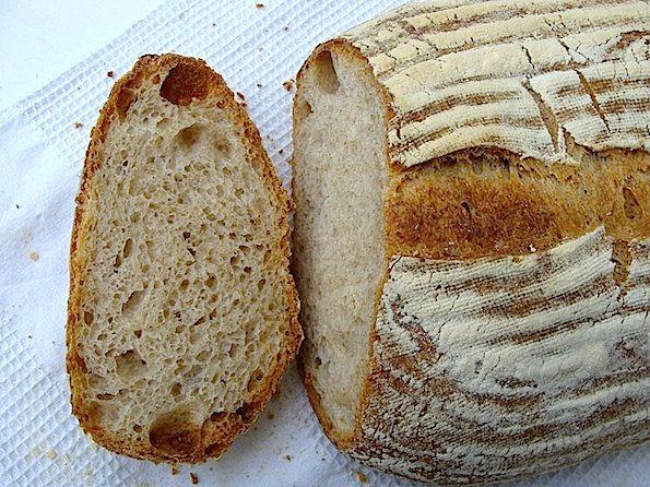 """Ca sa obtin painea care-mi place mie, am observat ca neaparat trebuie sa folosesc si faina """"de forta"""", adica cu un continut suficient de gluten. Joaca asta cu cantitatile de fainuri a devenit supre…"""