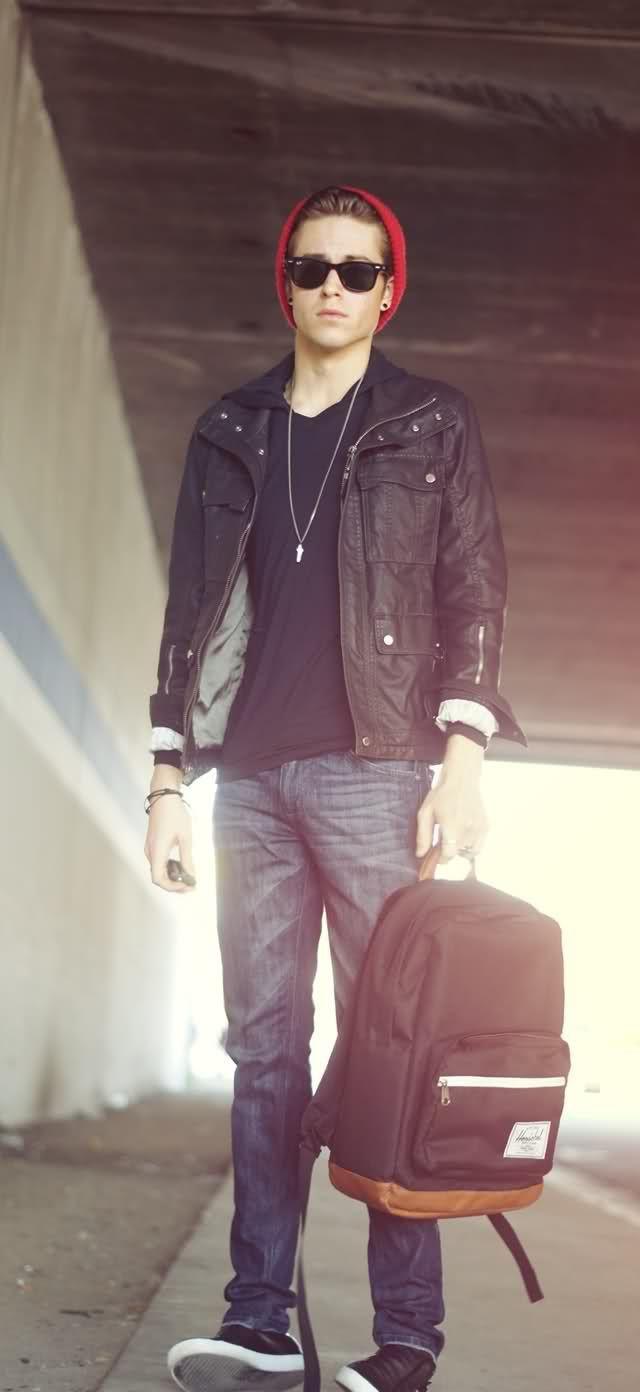 Den Look kaufen:  https://lookastic.de/herrenmode/wie-kombinieren/feldjacke-pullover-mit-kapuze-jeans-leinenschuhe-rucksack-muetze/1706  — Schwarzer Pullover Mit Kapuze  — Dunkelroter Rucksack  — Schwarze Leinenschuhe aus Leder  — Rote Mütze  — Blaue Jeans  — Schwarze Feldjacke aus Leder