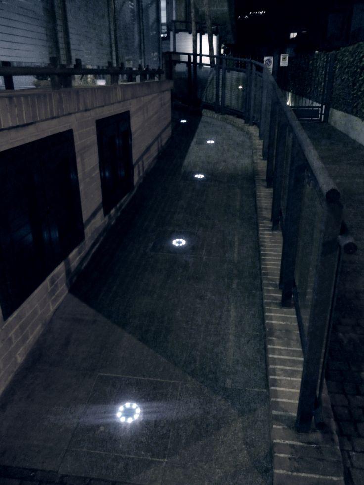 Ingresso residence balneare con scivolo anti barriera architettonica illuminato con Geco Circle 9K #gecoluce.it #solar #led