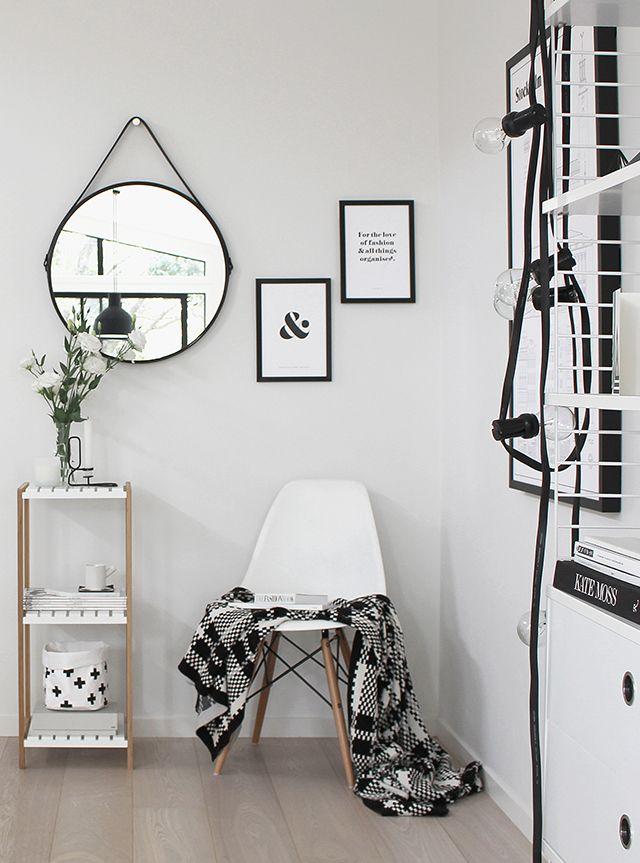 Una estantería en blanco y madera que es perefcta para mover por casa y conseguir diferentes efectos.