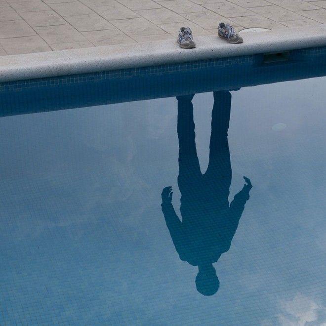 """""""I'm Not There"""" Project © Pol Úbeda Hervàs [""""Come facciamo ad accettare di stare cambiando? Come accettiamo di vederci in situazioni nelle quali non possiamo riconoscere noi stessi? Spesso mi sorprendo di me stesso; non so più riconoscermi. Questi sei scatti esprimono questa sensazione: ho cancellato il mio corpo, perché non so più chi sono. Ho lasciato solo le scarpe, perché sia chiaro che quel qualcosa è più di una semplice ombra""""]"""