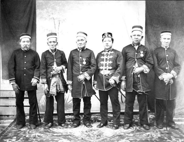 De Sultan van Siak met rijksgroten in de afdeling Bengalis, oostkust van Sumatra.  1888