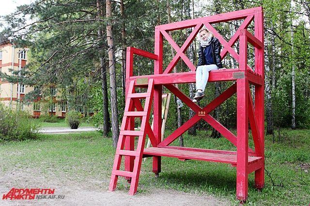 красная скамейка академгородок - Google Search  Gigantic red stool in Academgorodok